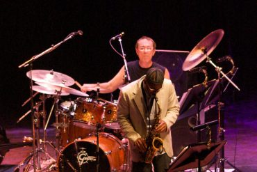 Le batteur Vinnie Colaiuta et les éléments de sa batterie